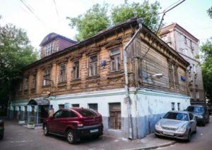 Старомосковский дом, построен в 1912 году. Стоит во дворе на углу Садового и Старой Басманной улицы. Хомутовский туп., 6, стр. 3.